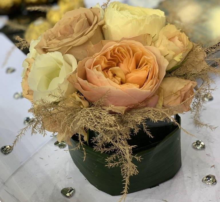 Könyöklő dísz kocka vázában