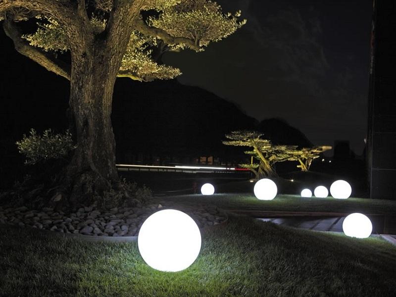Világító gömb dekoráció - Díszvilágítás, kábelezés nélkül. Színei, fényerőssége távirányítóval változtatható.